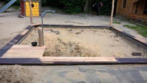 Sandkasten mit Kran