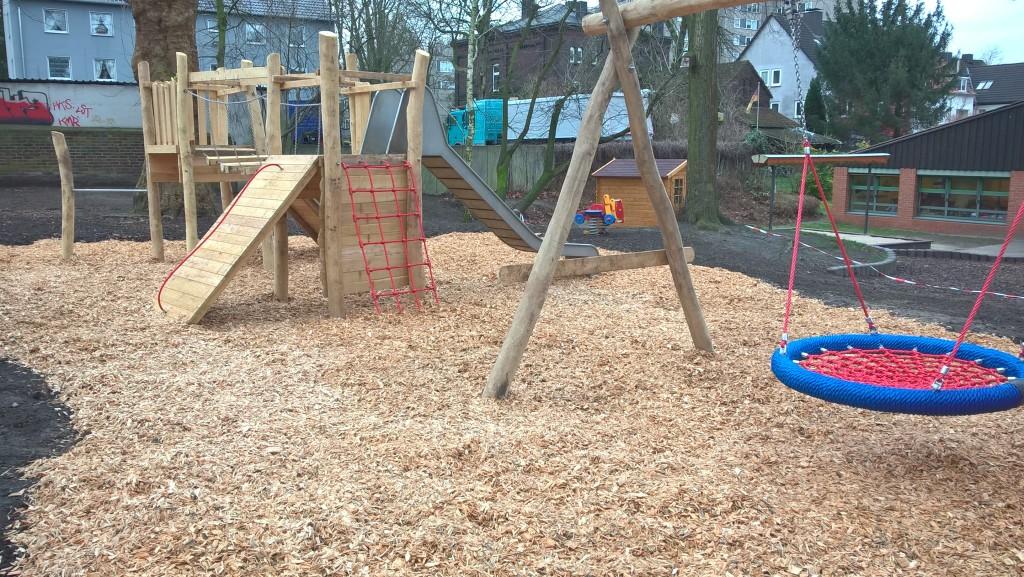 Schaukelgerüste kann man auch mit Spielhäusern kombinieren bzw. daran anbauen.