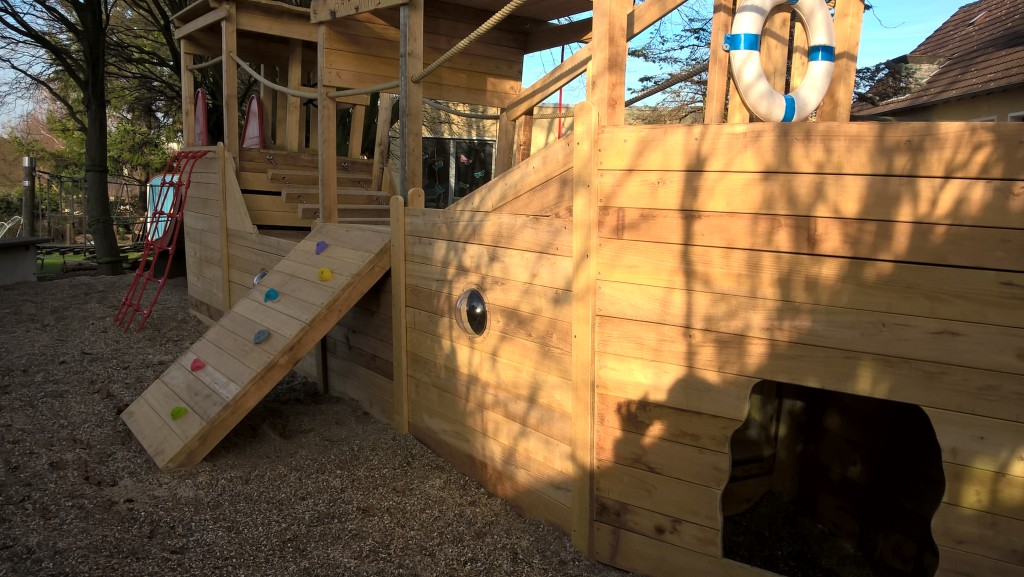Ein Vockel-Spielschiff im Sonnenlicht