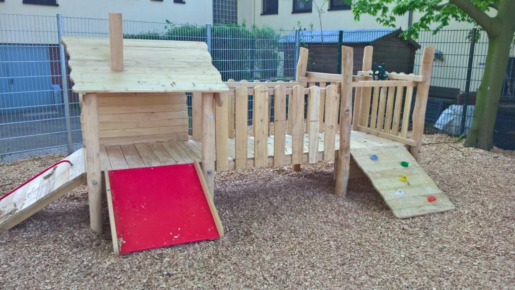 Spielanlage mit Rutschfläche für die ganz Kleinen